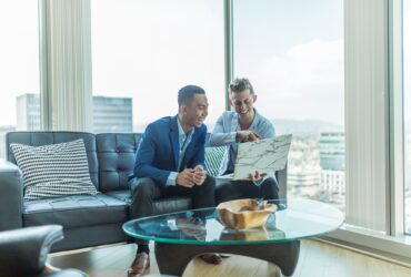 joueur performant - deux hommes échangent au boulot