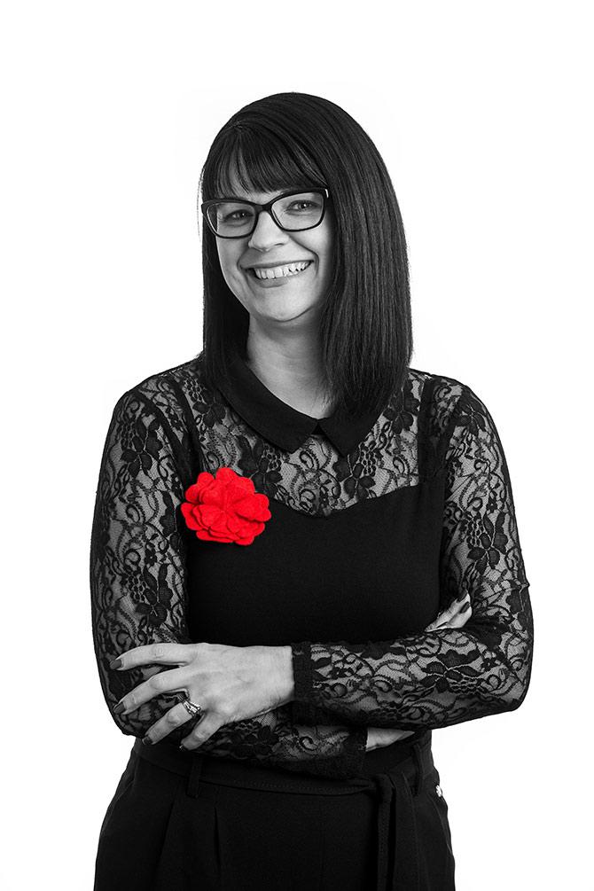 Julie Coulombe souriante et bras croisés.