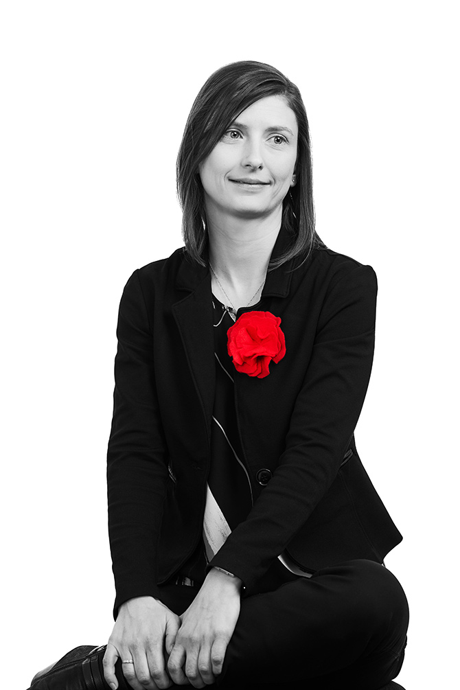 Julie Lacourcière assise