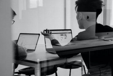 Gens qui regarde l'ordinateur pour la déclaration pour les fiducies