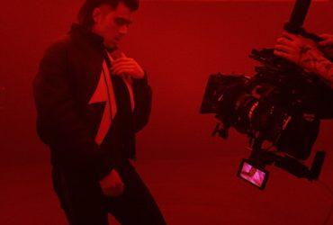 Danseur devant une caméra.