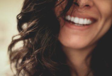 Santé soins esthétiques, femmes qui sourie en pensant aux bizarreries des tps et tvq