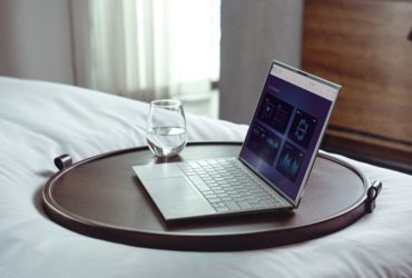Ordinateur sur le lit, frais de bureau à son domicile.