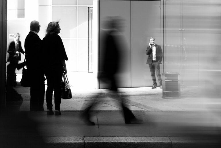 Budget fédéral 2021, gens dans un décor urbain, noir et blanc.